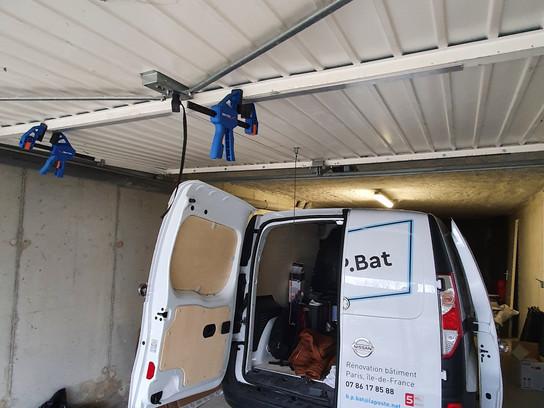 Réparation de porte de garage fracturée.