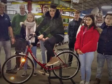 Die Firma UrbanStahl aus Scherfede spendet Fahrradhalterung