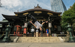 Mamo-Shinjuku-kick-the-moon-signature
