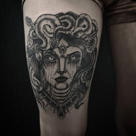 🕸️ #medusa on Raquel's leg. At @customi