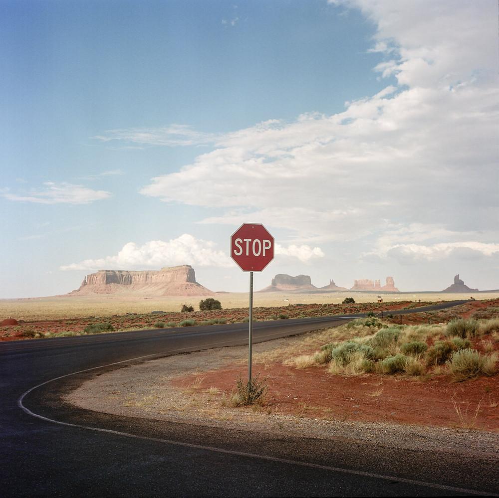 Arizona, Monument Valley, Roadtrip, USA, Stop signal, Panneau Stop, Amérique, Photographie de voyage, Philippe Blayo, Rolleiflex, Argentique, Analog, Portra, Kodak