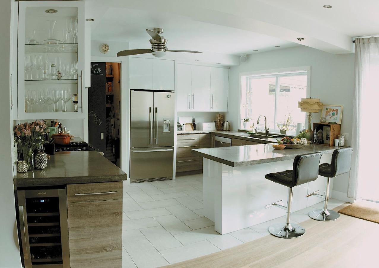 coin ilot, coin bar, comptoir béton, cellier, garde-manger walk-in, haut plafond, plancher ingénérie, céramique chevron, réfrigérateur stainless