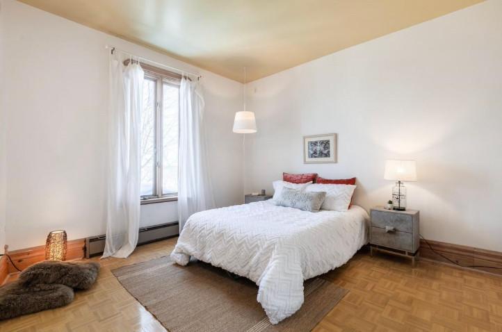 Chambre, chambre principale, lit blanc, boho, zen, style, coussin de velours, grande fenêtre, coin yoga, relaxation