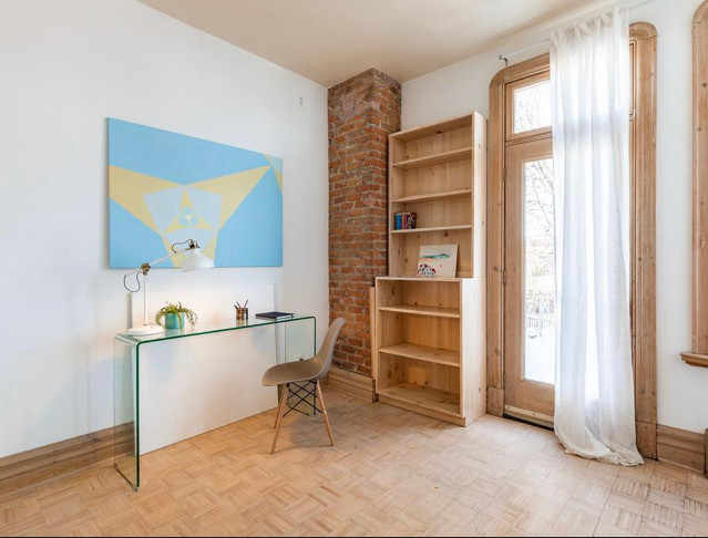 bureau, atelier, peintre, brique, toile, verre, console, chaise eifel, voilage, marqueterie, plancher de bois