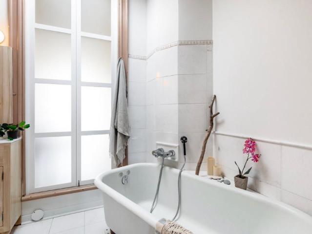 salle de bain des maîtres, salle de bain attenante à la chambre, zen, relax, bulle, puis de lumière, clarté, bois flotté, naturel, roches, coquillages, lampions