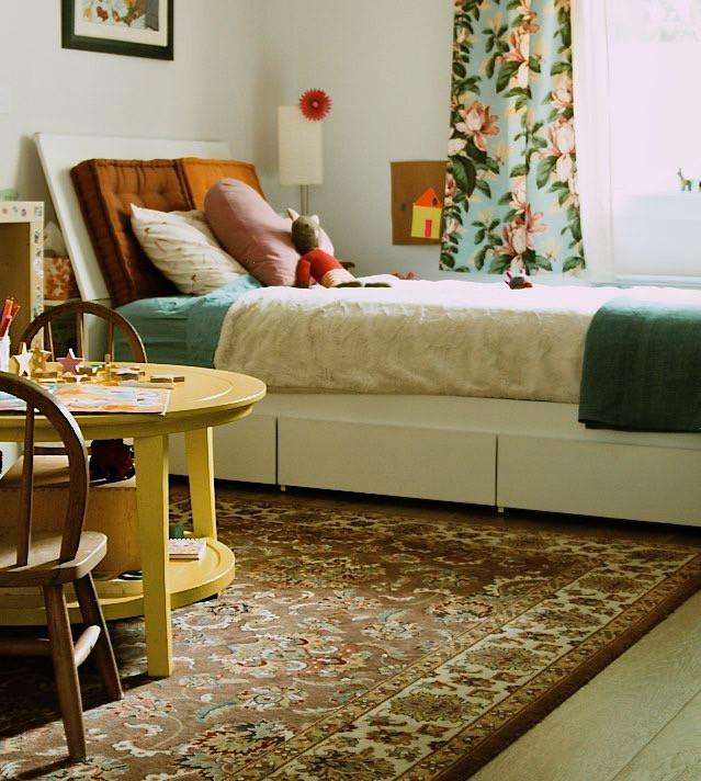 chambre d'enfant, salle de jeux, tapis, meubles enfants, couleurs, rideaux, vintage, rideaux 1950, floral, grands espaces