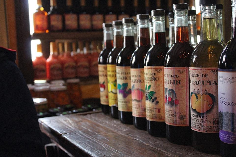 vista de diversas botellas de licor de Zacatlán