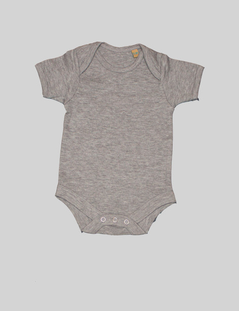 Grey short-sleeve body The grey short-sleeve body is a staple for any baby wardrobe. Can be pairedwith anything in theBjörkBox for an outfit. The envelope neckline will give a comfortablefit over the shoulders.