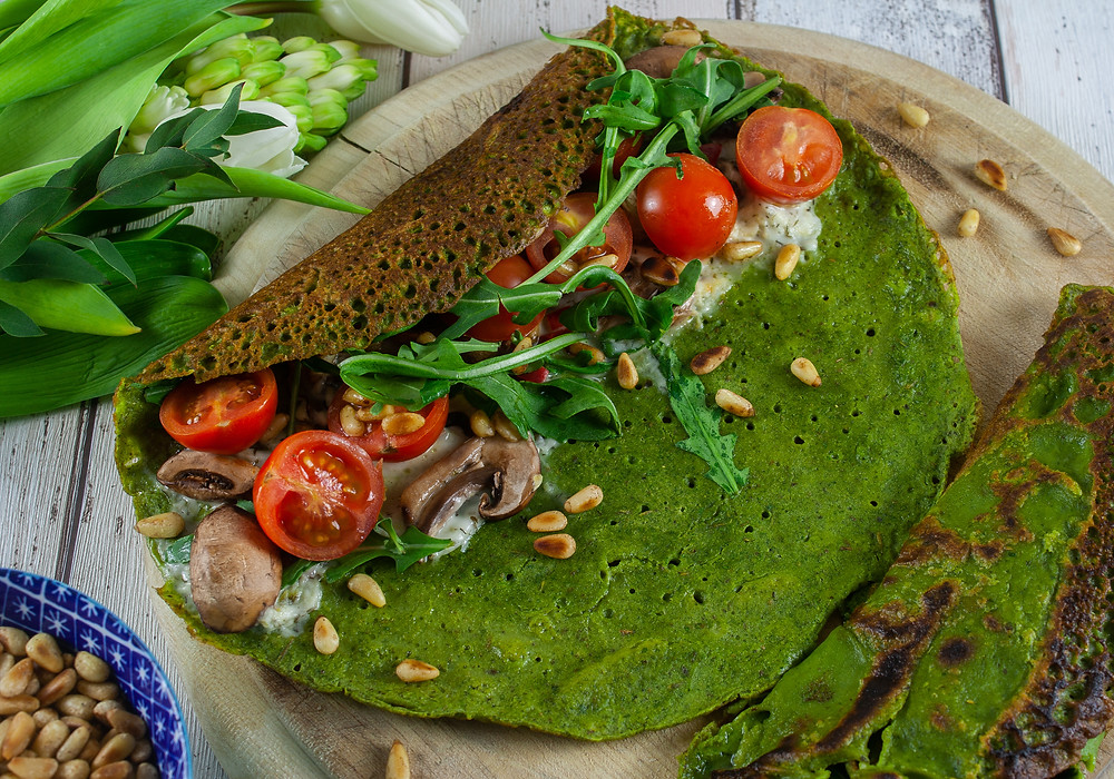 Green Pancakes stuffed with tomatoes, mushrooms, rocket, violife tzatziki and pine nuts | Vegan and gluten free Pancakes | Green Pancakes | Savoury pancakes | The Dopey Vegan