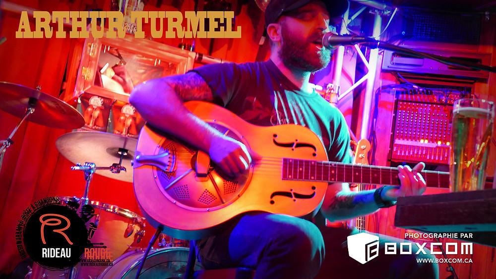 Le chansonnier Arthur Turmel en prestation au Rideau Rouge à Québec