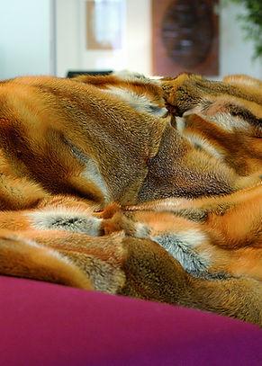 Pelz Wohnaccessoires. Eine schöne Art um ein Erinnerungsstück zu erhalten, ist eine Pelz-Decke oder ein Pelzkissen fertigen zu lassen. Wir arbeiten es nach Ihren Massvorstellungen und füttern es dann farblich passend zu Ihrem Ambiente, in feinem Cashmere ab.  So erhalten Sie ein kuscheliges Wohnaccessoire.