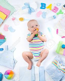 56545406-bébé-sur-fond-blanc-avec-des-vê