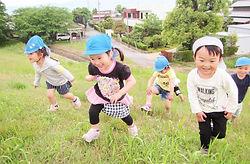 丘を駆け上がる子供たち