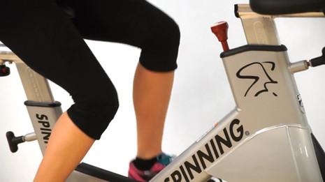 Spinner® sobno kolo je ergonomsko kolo, ki omogoča BIOMEHANIKO kot pri cestnem kolesu.
