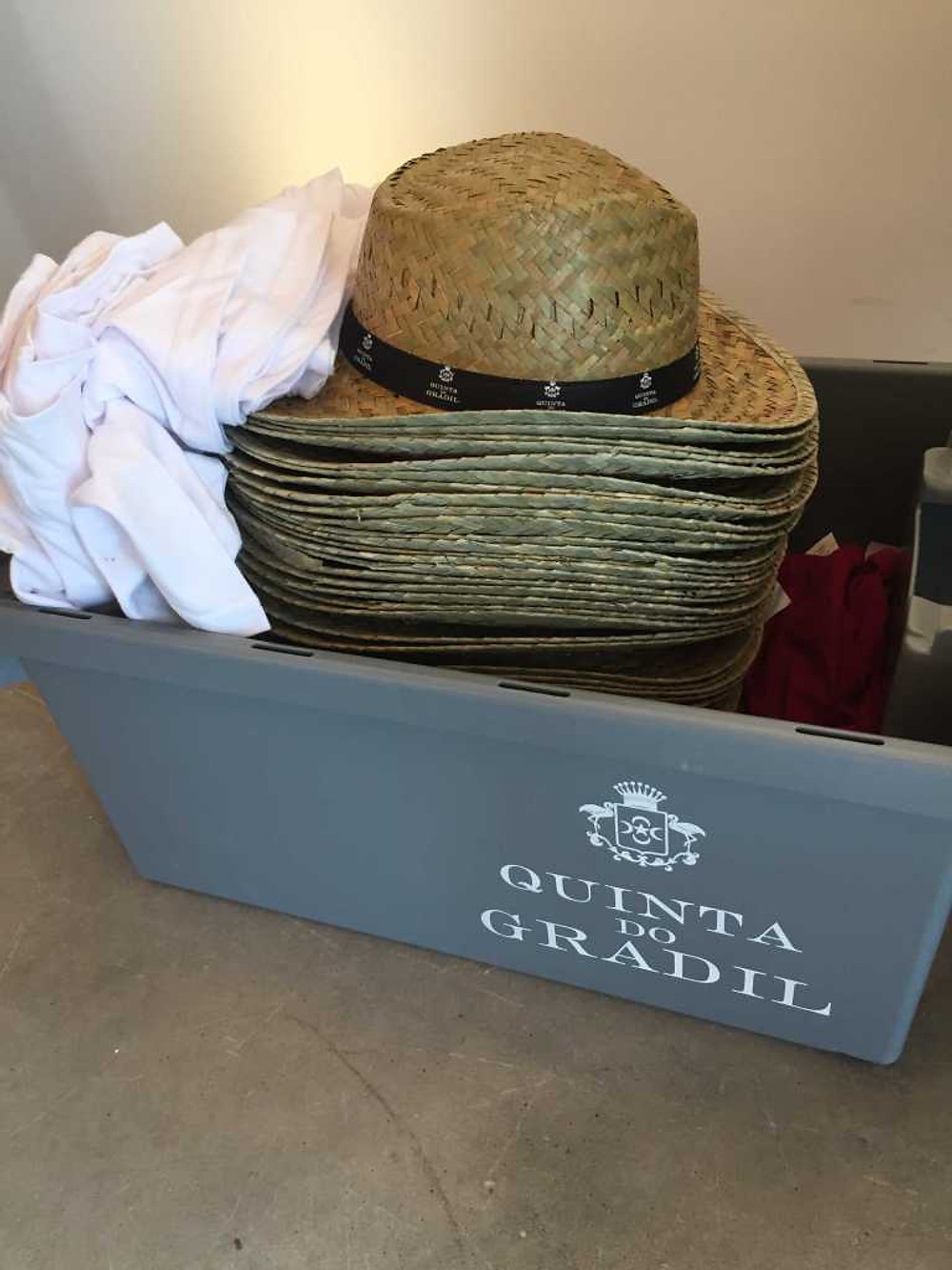 Quinta do Gradil Vindima kit: straw hat and t-shirts