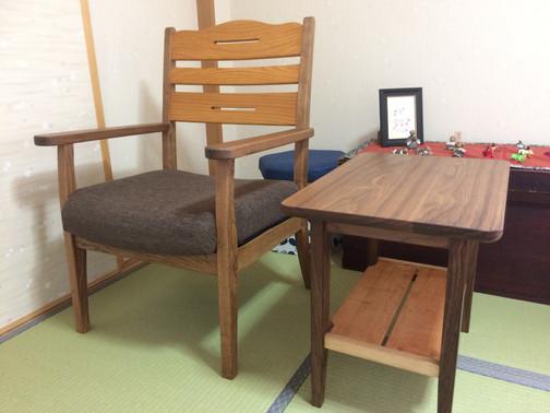 椅子とサイドテーブル