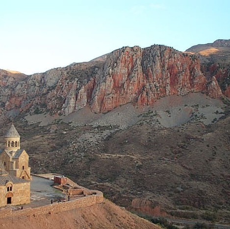 Noravank_with_cliffs-DCP_0186.jpg