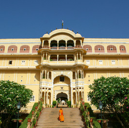 Samode-Palace-main-entrance-stairs.jpg
