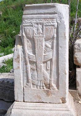 Esfes'teki stel: Üç ayaklı kâse ve ecza âletleri
