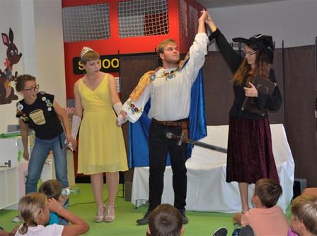 Princ Radovan (Milan Galandák), princezna Josefína (Pája Bišická), kouzelnice Zina (Anita Bonková) a Veronika (Tereza Klabanová)