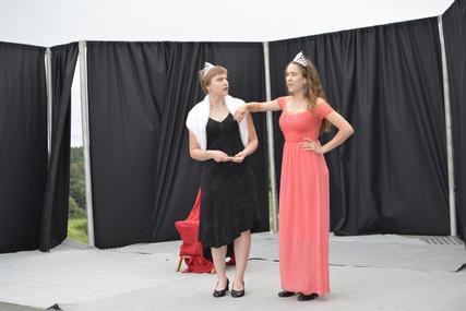 Princezna Viktorie (Pája Bišická) a Kateřina (Anita Bonková)