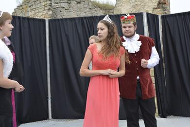 Princezna Viktorie (Pája Bišická), Kateřina (Anita Bonková) a král Vilém (Marek Cimirot)