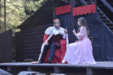 Princezna Lenka (Anita Bonková) a král Rozumbrada (Marek Cimirot)