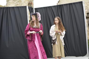 Dvorní dáma (Aneta Cimirotová) a Kateřina (Anita Bonková)