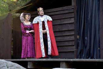 Dvorní dáma (Pája Bišická) a král Rozumbrada (Marek Cimirot)