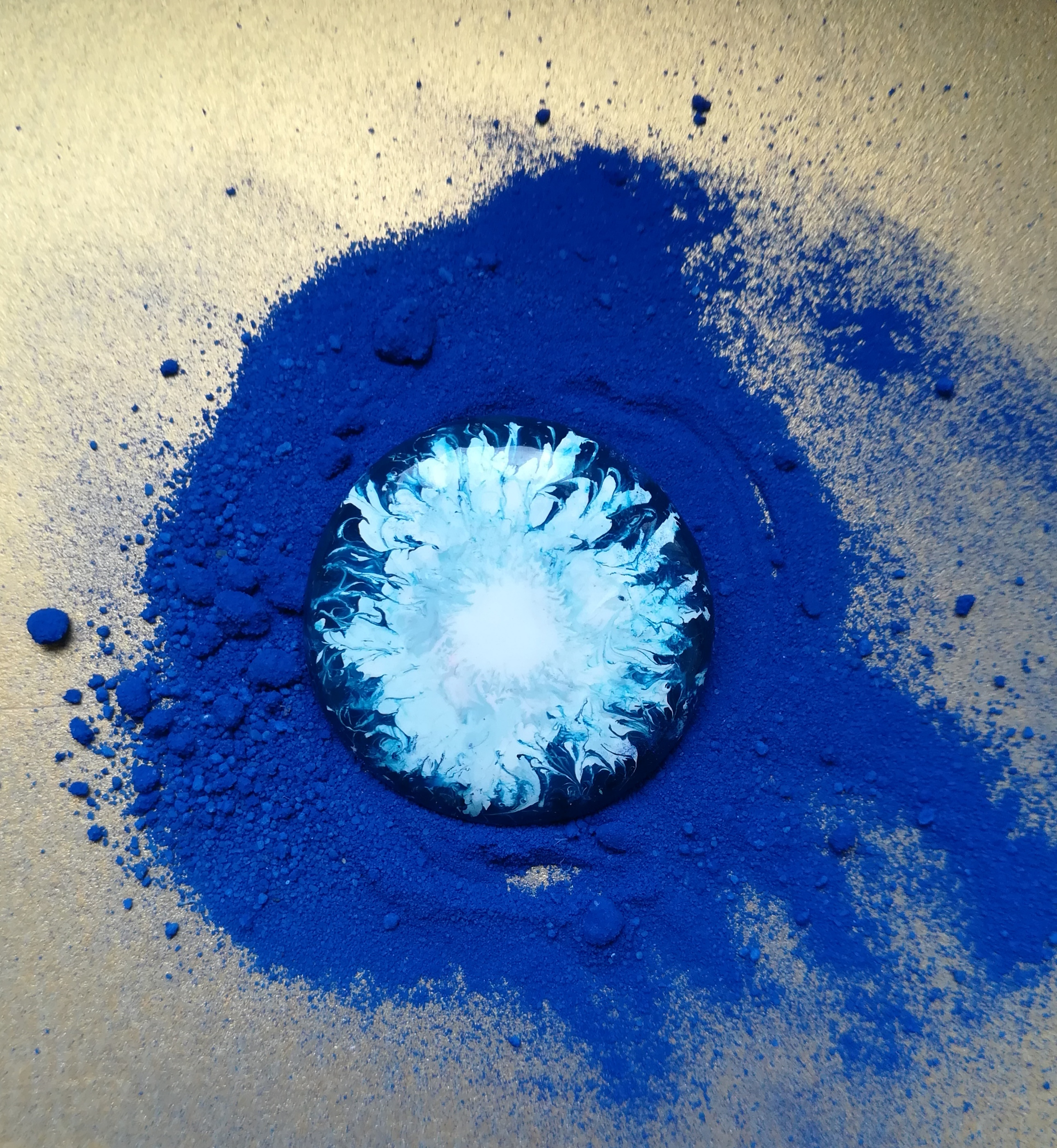 Fusion blanche sur fond bleu nuit.