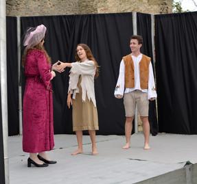 Dvorní dáma (Aneta Cimirotová), Kateřina (Anita Bonková) a Štěpán (Jaroslav Chaloupka)
