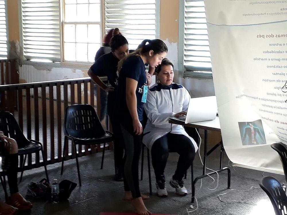 Podoplus realizando teste de baropodometria nos participantes da Medici Trail Run