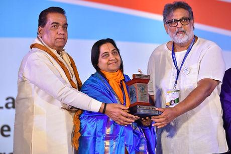 H.H. Raseshwari Devi Ji receiving Aadarsh Yuva Adhyatmik Guru Award