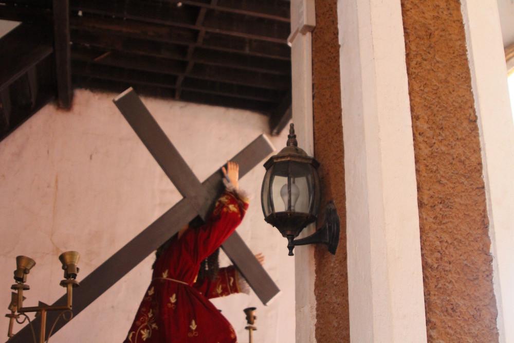 教会入り口にあるキリスト像
