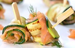 servir-du-saumon-fumé-dresser-assiette-saumon-fumé-présentation-saumon-fumé-entrée-froide