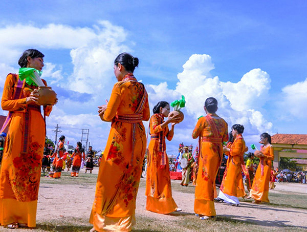 cham ethnic  traditional costumes of Vietnam
