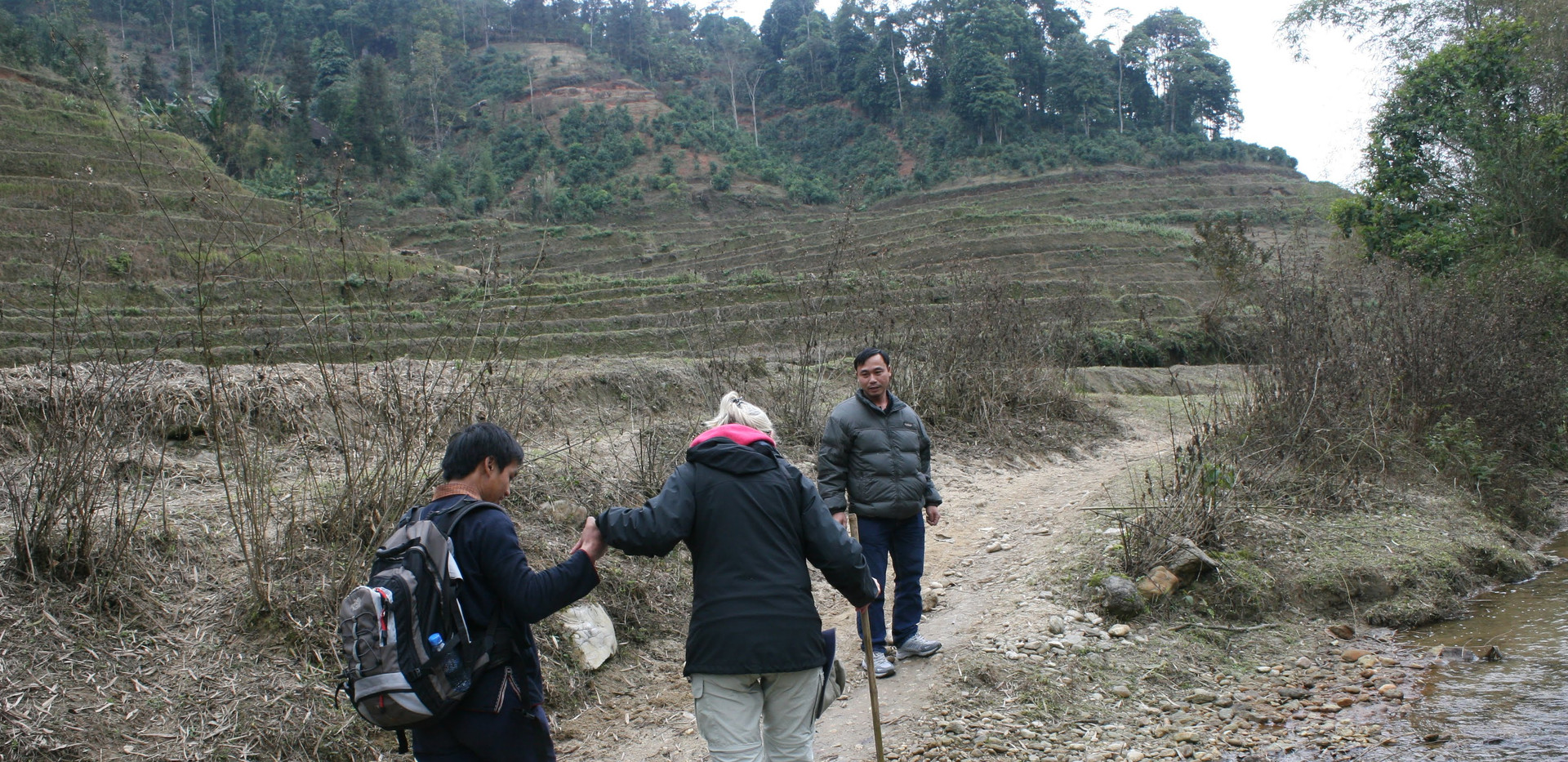 A local people helps travellers while trekking