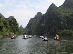 Boat rowing in Trang An