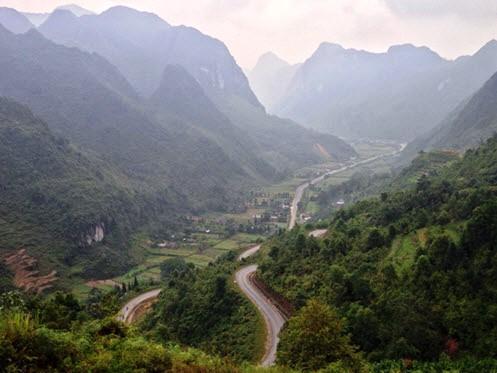 Winding road to Dong Van