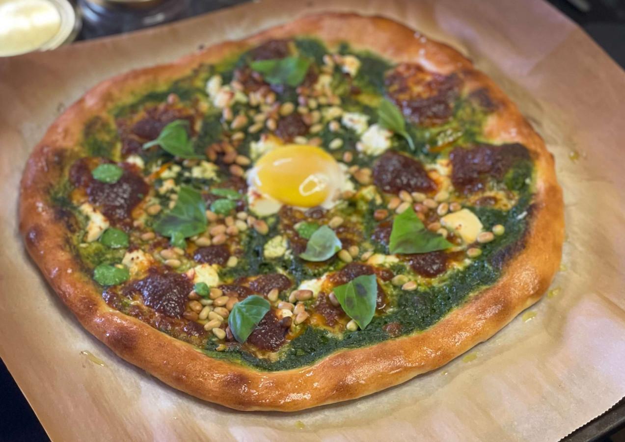 פיצה ירוקה עם קרם תרד, פטה, צנוברים וחלמ
