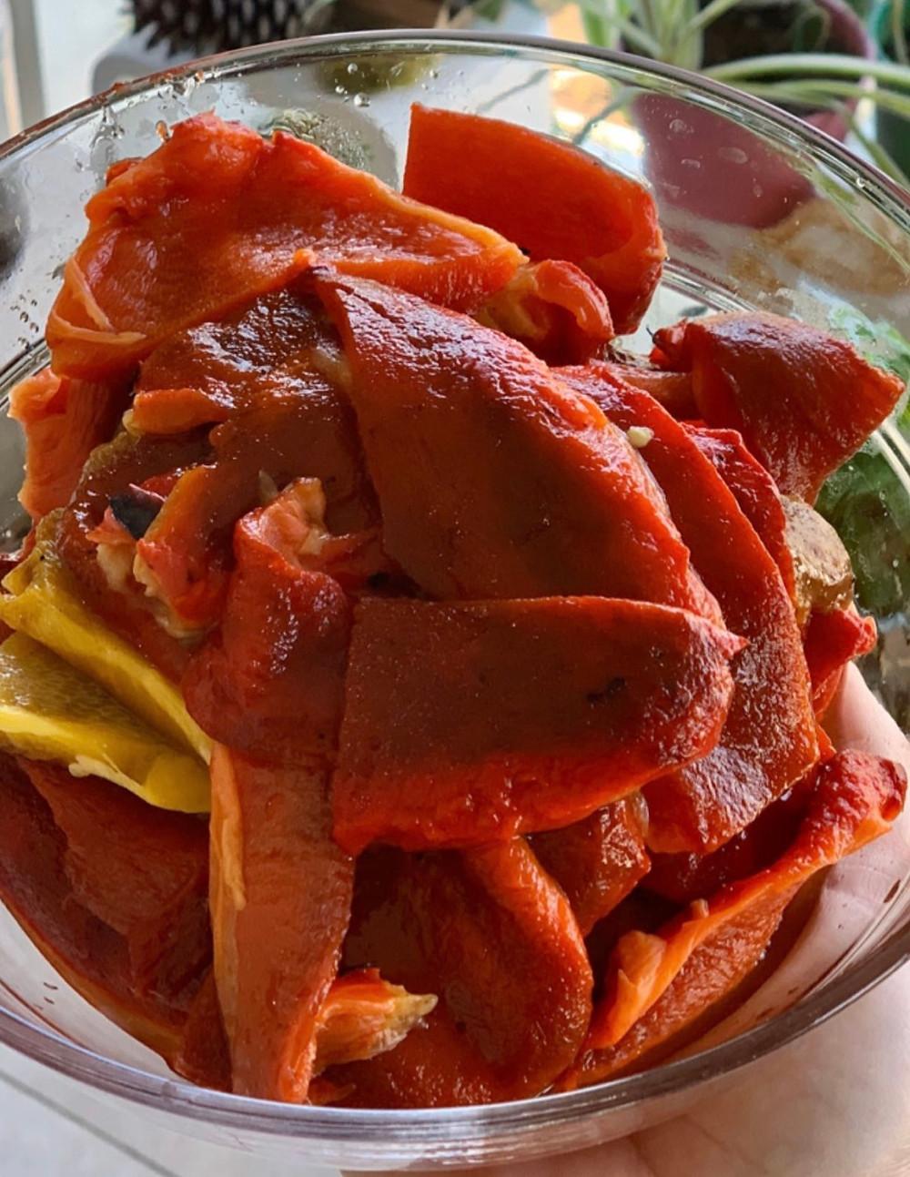 המדריך והמתכון המלא של פלפל קלוי בבית בתחמיץ של בלסמי ושמן זית ושום