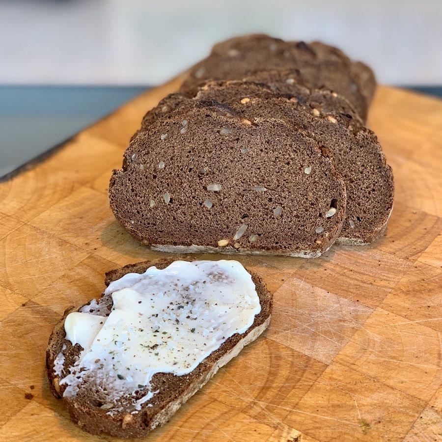 מתכון קל בריא פשוט להכנה טבעוני של לחם כפרי עשוי שיפון קקאו