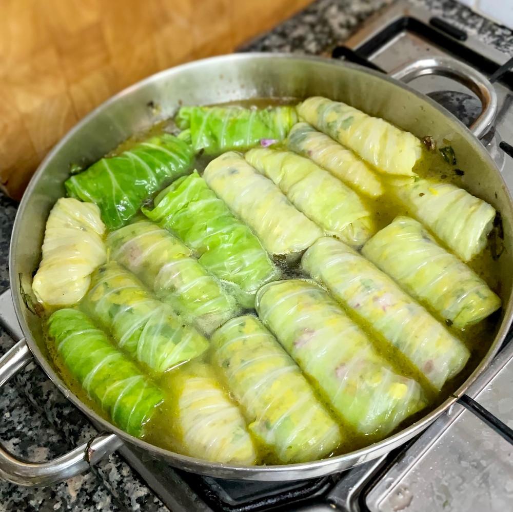 מתכון קל טעים פשוט של כרוב ממולא באורז צהוב אוכמניות קשיו וכוסברה ברוטב מנגולד ולימון