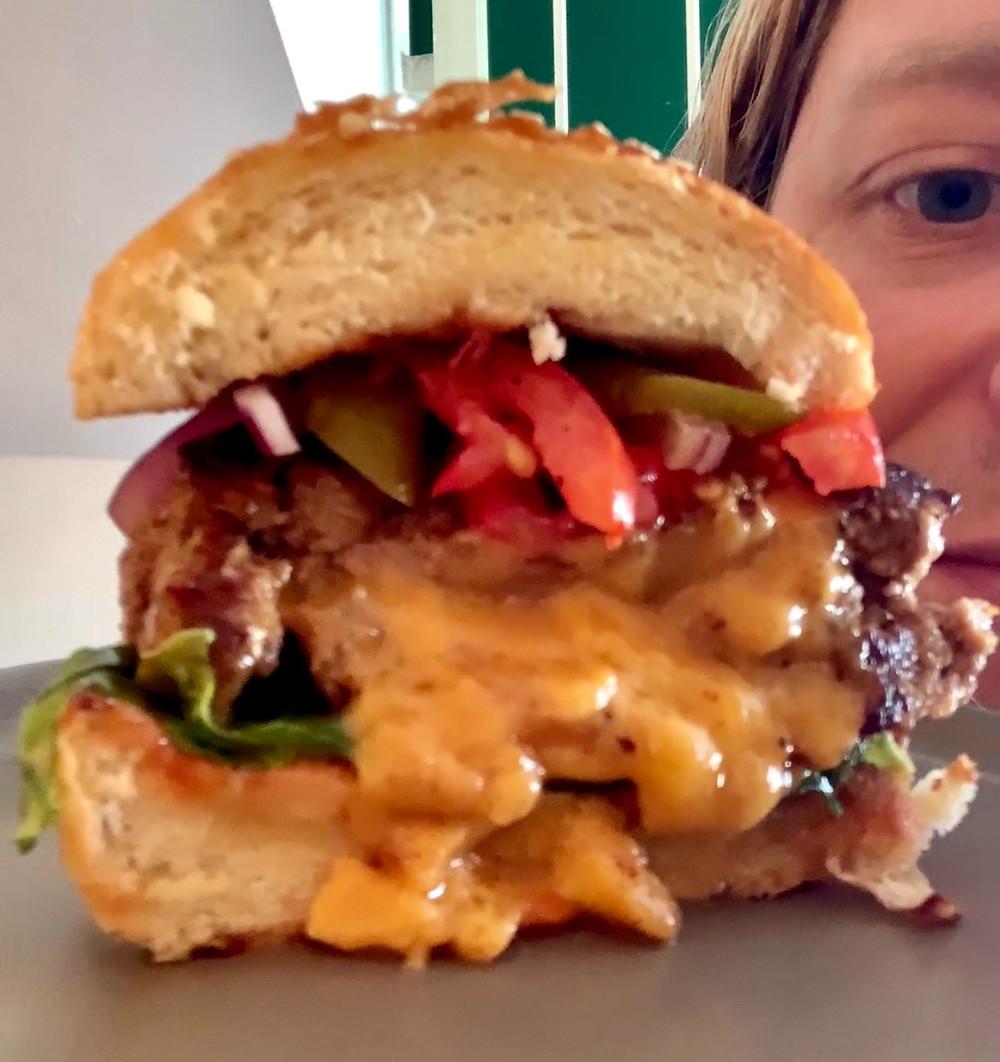 מתכון להמבורגר בייתי מבשר בקר ממולא בגבינת צ'דר מושחת וטעים וקל להכנה