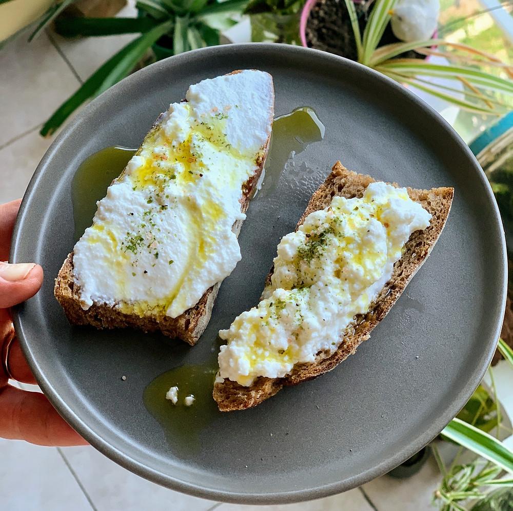 פרוסת לחם עם גבינה ריקוטה מתכון להכנה קלה ביתית