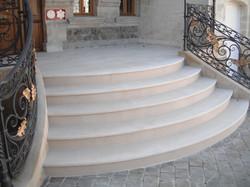 Escalier extérieur en pierre blanche
