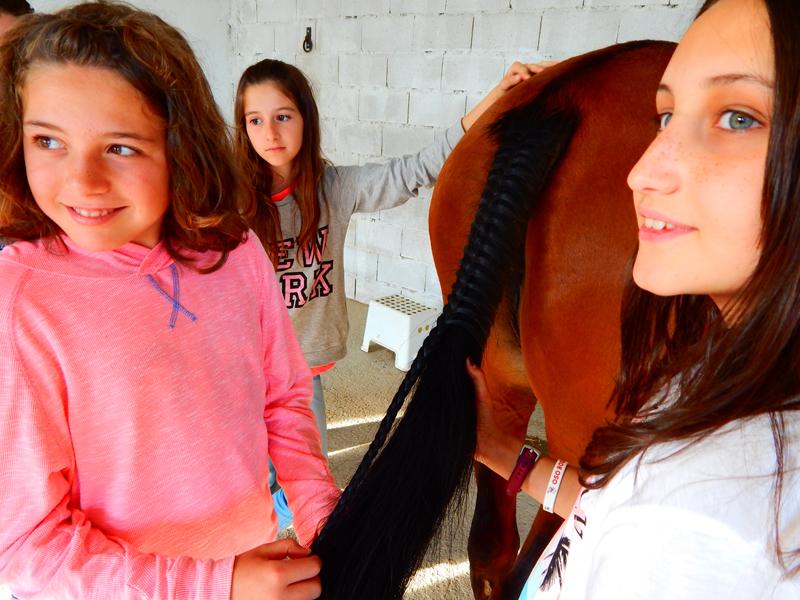Alma, Ania y Nerea, trenzando