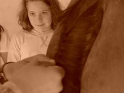 Alma atenta en taller de trenzado
