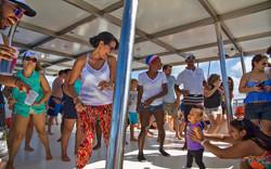 Toda la familia bailando en el Catamaran