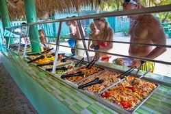 Buffet nella spiaggia Saona Viva